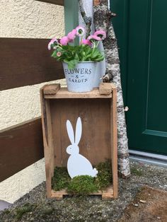 Lightning-fast Easter decorations for inside and outside . Old wooden or wine crate h . - Lightning fast Easter decoration for inside and outside . Old wooden or wine box ho … – Easter - Garden Boxes, Garden Planters, Garden Ideas, Pallets Garden, Easter Wreaths, Spring Wreaths, Interior Exterior, Easter Bunny, Easter Food