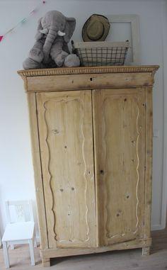 Een oude grenen kast geloogd en met wat schapjes en een stang omgebouwd tot stoere kledingkast. Leuke eyecatcher in een kinderkamer!