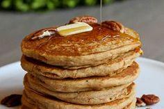panqueca-de-batata-doce 1/2 xícara de purê de batata-doce 2 ovos Óleo ou manteiga para cozinhar 3/4 colher de chá de canela em pó 1 pitada de gengibre em pó 1 pitada de pimenta da Jamaica 1 pitada de sal Misture bem a purê de batata doce e os ovos. Se quiser, adicione a canela, o gengibre em pó, sal e pimenta. Aqueça o óleo ou a manteiga numa panela. Coloque um pouco da mistura de batata doce e cozinhe cada lado por 5 minutos ou até dourar.