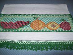 Pano de Prato com aplique bordado em ponto cruz e barrado de croche - preço: 25,00