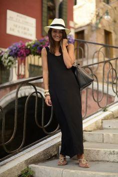 Un vestido largo negro puede ser perfecto para el buen tiempo