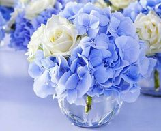 Blaue hortensie in kleiner kugelvase