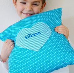 Ein Kissenbezug mit dem Namen des Kindes. Sie bestimmen die Farbe des Kissens und die Farbe des Aufdrucks. Eine individuelle Geschenkidee.