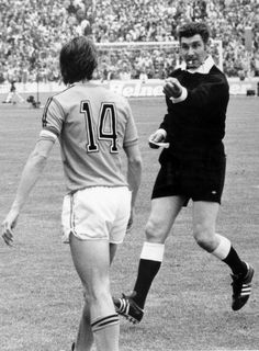 English referee Jack Taylor cautions Netherlands captain Johan Cruyff at the end of the first half of the World Cup final against West Germany at the. National Football Teams, Sport Football, Football Players, Jack Taylor, Fifa 17, Football Memorabilia, International Football, World Cup Final, Soccer Stars