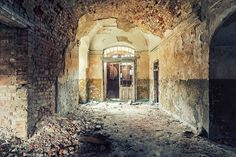YellowKorner : art photos in limited edition at affordable prices. Over 200 classic and contemporary artists Abandoned Buildings, Abandoned Places, Interior Photography, Art Photography, French Photographers, Urban, Artist Gallery, Pathways, Documentaries