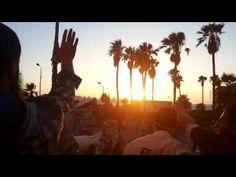 يرفع المصحف امام المسجد فتم ضربه برصاصه في صدره وسقط Egyptian bloody Military coup forces snipers kill innocent youngman raise the Holy Quran