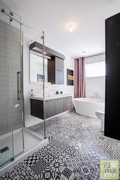 Useful Walk-in Shower Design Ideas For Smaller Bathrooms – Home Dcorz Tile Patterns, Blue Bathroom, Corner Bathtub, Bamboo Bathroom, Small Bathroom, Bathroom Redecorating, Bathroom Inspiration, Tile Bathroom, Shower Design