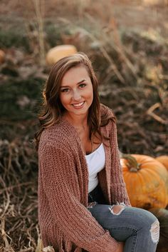 When You Dress Nice, Others Are Nicer To You. This article has some simple tips Horse Senior Pictures, Senior Photos Girls, Senior Girls, Fall Senior Pics, Clothing Photography, Photography Women, Senior Photography, Photography Outfits, Cute Fall Outfits