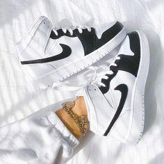 Cute Nike Shoes, Cute Sneakers, Sneakers Nike, Jordan Sneakers, Cool Womens Sneakers, Trainers Adidas, Sneakers Women, Retro Sneakers, Jordan Shoes Girls