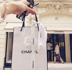喜ばない女子はいない!CHANELのヘアミストが5000円台でプレゼントに最適   by.S