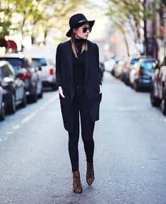 If there's one consistently stylish way to dress up an all-black look, it's with a pair of leopard booties. Estilo Blogger, Blogger Style, All Black Looks, Winter Stil, All Black Outfit, Street Style, Look Chic, Mode Inspiration, Mode Style