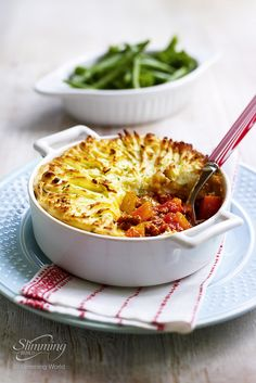 This farmhouse family favourite - cottage pie - has been given a Slimming World… Healthy Recipe Videos, Healthy Dinner Recipes, Cooking Recipes, Uk Recipes, Savoury Recipes, Mini Hamburgers, Pitta, Halloumi, All You Need Is