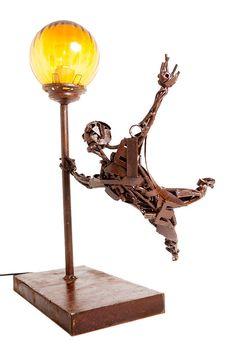 Lámpara de mesa en hierro envejecido.  ( 35 x 45 x 30 cm) #Arte, #lampara, #metal, #muebles #diseño #artesano. #Art, #lamp, #furniture #craftsman #design