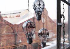 Mirad qué forma tan chula de reutilizar las viejas bombillas. A qué mola? Parece fácil de hacer, necesitarás además de las bombillas, pintura para vidrio, un cordón, una tapa y un poco de maña.Vía:b