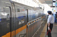 Shinkansen Abfertigung am Bahnsteig in Osaka