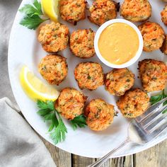Mini Salmon Cakes with Sriracha Lemon Aioli Recipe: protein packed appetizer perfect for entertaining! Hearty cakes loaded w/parsley, onion, & lemon juice.