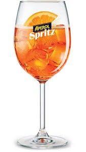 Spritz: necesitas una rodaja de naranja, una botella de Aperol, una botella de Prosecco o, en su defecto, champagne Brut, y una botella de Agua Soda o Agua Tónica. 1. En una copa de vino tinto agrega una rodaja de naranja para darle un toque cítrico.2. Agrega tres medidas de Prosecco o champagne Brut.3. Incorpora dos medidas de Aperol,si prefieres que no quede tan amargo te recomendamos usar sólo una medida y media.4. Agrega una medida de soda o agua tónica, para darle un toque más…