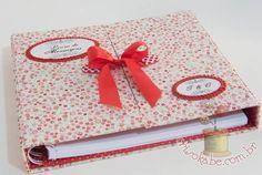 A CAIXA NÃO ACOMAPANHA O LIVRO. ELA É VENDIDA SEPARADAMENTE.  Livro com 100 folhas quadradas em tamanho 21X21 em 90 gr., em branco, para assinaturas dos convidados em casamentos, batizados, aniversários, nascimentos, bodas ou outros.  Valor referente apenas ao livro. A caixa é opcional e vendida separadamente. (Valor da Caixa: R$ 50,00)  O livro é revestido com encadernação artística em tecido nacional 100% algodão, em estampas coordenadas.  Com detalhes em fita, laço chanel ou fuxicos…