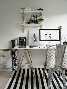 Home office; Escrivaninha; Cavalete; Preto e branco; B&W.