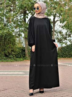 The perfect addition to any Muslimah outfit, shop Gabra's stylish Muslim fashion Black - Unlined - Crew neck - Abaya. Find more Abaya at Modanisa! Abaya Fashion, Muslim Fashion, Women's Fashion Dresses, Abaya Designs, Office Fashion Women, Classic Style Women, Outerwear Women, Modest Dresses, Skinny
