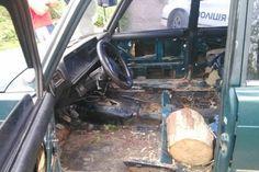В Ивано-Франковске патрульные полицейские поймали пьяного водителя, который ехал практически на голом кузове «Жигулей», а сидел на деревянной колоде.