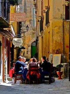 Calabria Why not - just set up table and dine al fresco while the world passes by? Turin, Tropea Italy, Places To Travel, Places To Visit, Italian Life, Italian Lunch, Venice Italy, Italy Italy, Dream Vacations