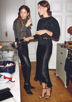 Mango heads to London with a new editorial called, 'Intimate Dinner'. The fashion shoot spotlights holiday 2019 style with a party hosted by sisters Quentin and… Holiday Fashion, Party Fashion, Autumn Winter Fashion, Holiday Style, Holiday Dinner, Fashion Night, Fashion Shoot, Look Fashion, Fashion Outfits