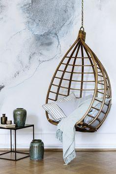 Deze schommelstoel heeft de toepasselijke bijnaam de Egg chair. Natuurlijk vernoemd naar de vorm van deze stoel. Leg er een lekkere zachte deken in en kruip weg in deze schommelstoel. De vorm geeft een gevoel van geborgenheid. De egg chair is gemaakt van bamboe en er wordt een metalen ketting meegeleverd om hem op te hangen. Afmeting: 78x 63 x 128 cm www.coni-design.nl