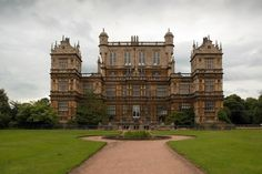 Wollaton Hall – in Woolaton, Nottingham. The house, which is now a natural history museum with other museums in the out-buildings, was built between 1580 and in a mixture of French, Dutch and Italian influences. Downton Abbey Castle, The Real Downton Abbey, Estilo Tudor, Wayne Manor, England, English Manor, The Dark Knight Rises, Beautiful Buildings, Beautiful Castles
