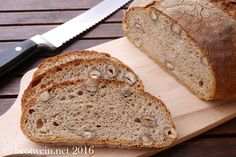 Das Haselnussbrot mit Sauerteig und Vorteig ist ein schmackhaftes Weizenmischbrot. Perfekt zu Frischkäse und herzhafter Käseplatte sowie Nussnougatcreme