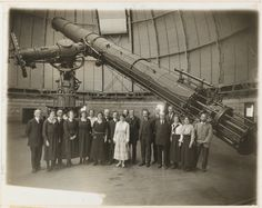 Photograph taken in 1921 when Albert Einstein visited the Yerkes Observatory at the University of Chicago, Williams Bay, Wisconsin. Visitors and staff posing with the telescope. Refracting Telescope, Celestial Map, Theoretical Physics, Theory Of Relativity, E Mc2, Space And Astronomy, Space Time, Astrophysics, Albert Einstein