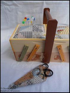 """Malinha de costura """"Patch"""": com a utilização de alfinetes e o porta-tesouras."""