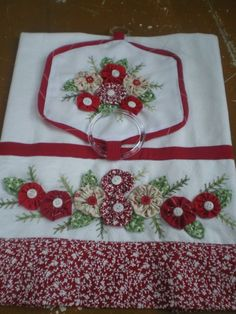 Discover thousands of images about pano Yarn Crafts, Home Crafts, Sewing Crafts, Diy And Crafts, Sewing Projects, Hand Embroidery Patterns, Quilt Patterns, Yo Yo Quilt, Table Runner And Placemats