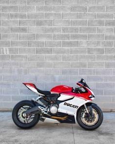 Custom Bike Helmets, Custom Bikes, Color Race, Moto Ducati, Kawasaki Ninja 300, Motorcycle Tips, Triumph Motorcycles, Custom Motorcycles, Yamaha Yzf