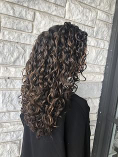 Partial honey High-Lights on dark brown curly hair for a subtle look! Curly Balayage Hair, Highlights Curly Hair, Dyed Curly Hair, Brown Curly Hair, Dark Hair With Highlights, Colored Curly Hair, Curly Hair Tips, Long Curly Hair, Curly Hair Styles