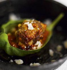 Salamilla ja parmesaanilla maustetut lihapullat voi tarjota vaikka pastan kanssa.