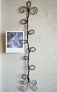 Items similar to Curly wire frame photo-postcard-card holder on Etsy Wire Crafts, Jewelry Crafts, Fun Crafts, Arts And Crafts, Wire Hanger Crafts, Diy Projects To Try, Craft Projects, Art Fil, Picture Holders