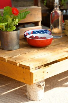 Easy Pallet Table for Fourth of July entertaining | reluctantentertainer.com