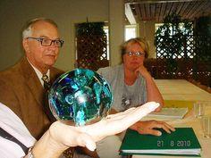 Pertti Veltheim ja Veera Tihtonen lasipalloon kurkistamassa