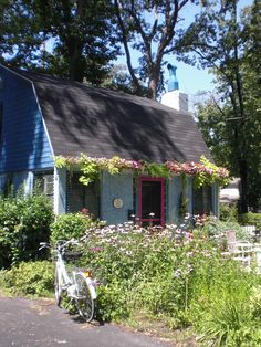 Tired of cleaning gutters? Plant flowers in them!!..... Don't have gutters to do this... I love the cottage feel of this picture!...