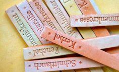Beschriftung aus Tonsteckern, in die eine Beschriftung hineingedrückt wurde