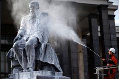 Heute schon geduscht? Ein Arbeiter reinigt die Statue von Fjodor Dostowjewski in Moskau. In einigen Tagen jährt sich der Geburtstag Dostojewskis, der als als einer der größten russischen Dichter gilt, zum 192. Mal.