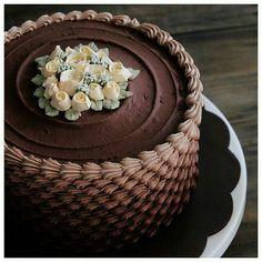 Pastel chocolate con rosas mini