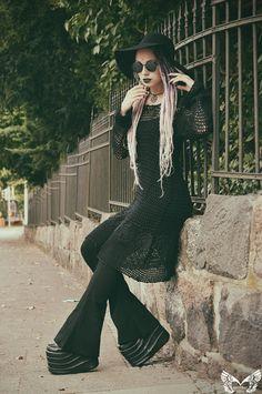Model, Styling, retouch: Model Ashtrayheart  Outfit, accessoires: Wonderland 13 Berlin  Dreads: Janas Rastazauber
