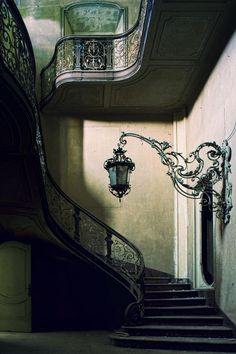 Victorian staircase and wall light | Steampunk Tendencies