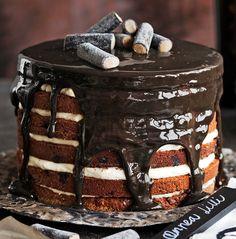 Salmiakkisen pinnan alla muhii tuhti suklaakakku, joka on raikastettu sitruunavaahdolla. Riittoisa kakku sopii hyvin juhlapöydän keskipisteeksi.
