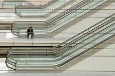 Estação Liège-Guillemins, em Liège, na Bélgica. A nova estação foi projetada pelo arquiteto Santiago Calatrava e inaugurada oficialmente em 18 de setembro de 2009.  Fotografia: Ron Mooij no Flickr.