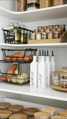 Kitchen Organization Pantry, Home Organisation, Diy Kitchen Storage, Organization Ideas For The Home, Bathroom Closet Organization, Organized Pantry, Pantry Shelving, Basket Organization, Shelving Ideas