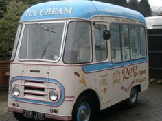 Beautiful old van Mobile Cafe, Mobile Shop, Classic Motors, Classic Cars, Ice Cream Man, Food Vans, Old Campers, Vintage Ice Cream, Old Commercials