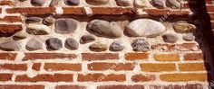 Mur de briques et galets de Garonne, Toulouse.